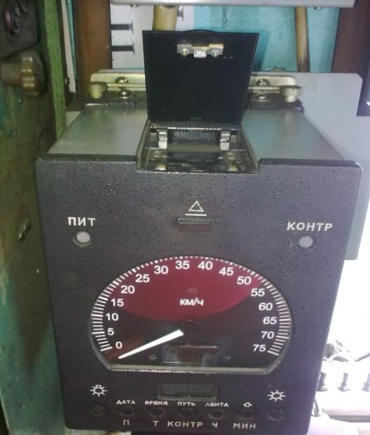Во время движения левый индикатор показывает скорость.