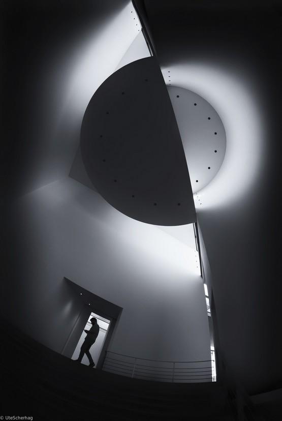 Симметричное построение в фотографии чёрное